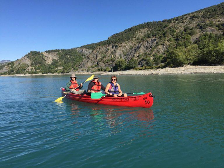 Un canoë 3 places sur le lac de Serre-Ponçon