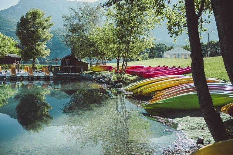 kayak sur la berge de Serre-Ponçon